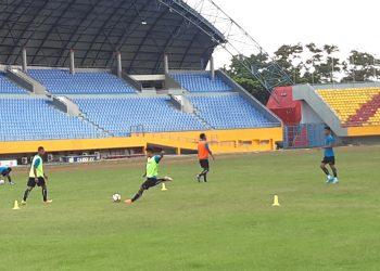 Pemain Sriwijaya FC berlatih penyelesaian akhir pada latihan di Stadion Gelora Sriwijaya, Palembang, Rabu (22/01). (fornews.co/iwan setiawan)