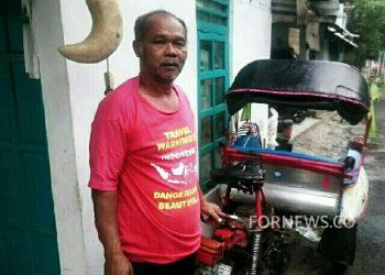 SUDARJO berfoto di samping beca motor miliknya di depan rumah sederhana yang sudah ditempatinya lebih dari puluhan tahun. (foto fornews.co/adam)