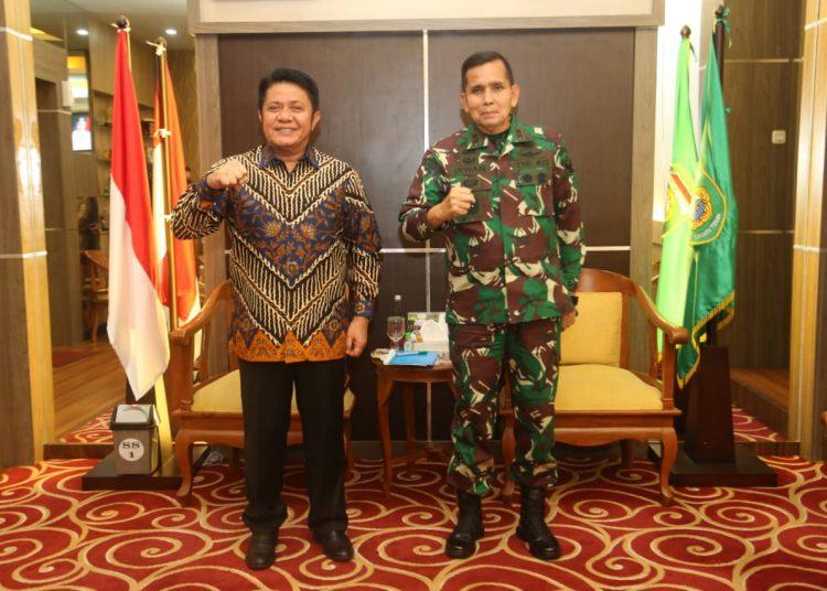 Gubernur Sumsel, Herman Deru berfoto bersama dengan Pangdam II Sriwijaya, Mayjen TNI Irwan saat berpamitan dalam rangka tugas baru. Foto: Fornews.co/Istimewa