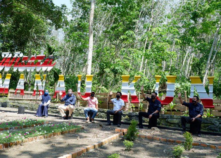 Kepala Dispopar Muba M Fariz saat mengunjungi objek wisata Tanjung Manau Kuning di Kecamatan Jirak Jaya, Rabu (29/07). (fornews.co/humas pemkab muba)