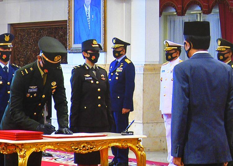 Presiden Jokowi saat menyaksikan penandatanganan berita acara pelantikan Praja TNI-Polri, di Istana Negara, Jakarta, Selasa (14/7). (fornews.co/Humas/Ibrahim)