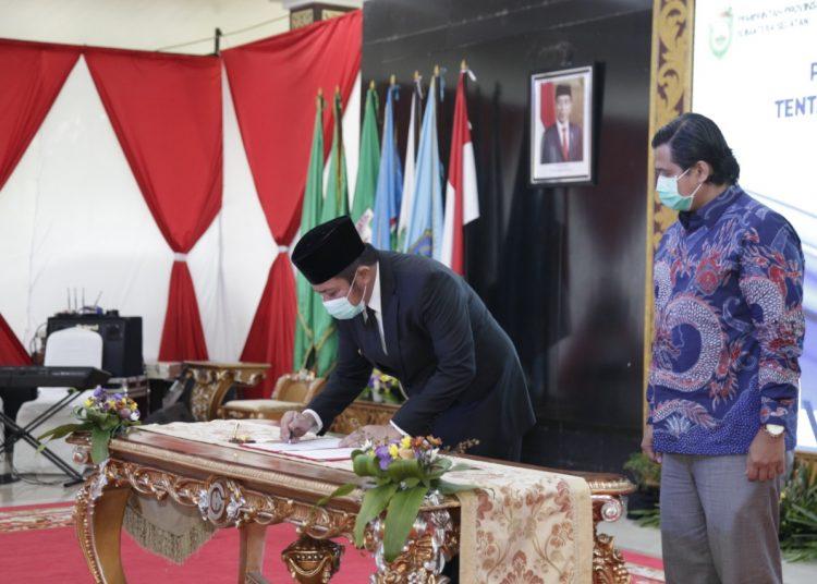 Gubernur Sumsel Herman Deru menandatangani surat tugas Plt Bupati PALI disaksikan Wakil Bupati PALI Ferdian Andreas Lacony yang diangkat sebagai Plt Bupati PALI, di Griya Agung Palembang, Rabu (07/10). (fornews.co/humas provinsi sumsel)