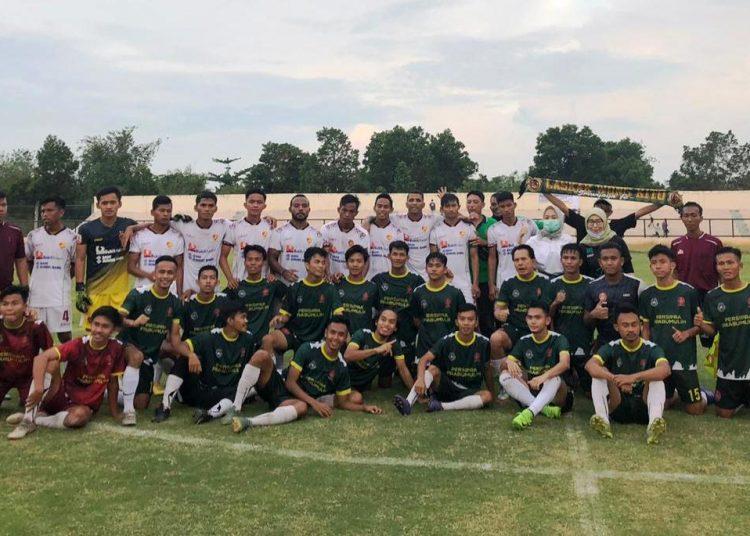 Tim Sriwijaya FC berfoto dengan tim Persipra Prabumulih usai laga persahabatan di Stadion Talang Jimar, Kota Prabumulih, Sabtu (17/10). (fornews.co/media officer sriwijaya fc)