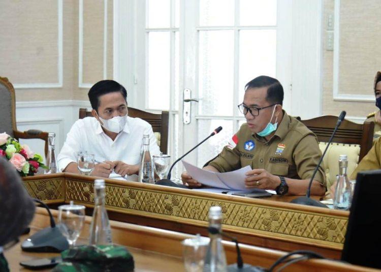 Kepala Dinas Pendidikan Kota Palembang Ahmad Zulinto menjelaskan kesiapan sekolah melakukan KBM Tatap Muka saat rapat bersama Wali Kota Palembang Harnojoyo, Selasa (22/12). (fornews.co/bakohumas palembang)