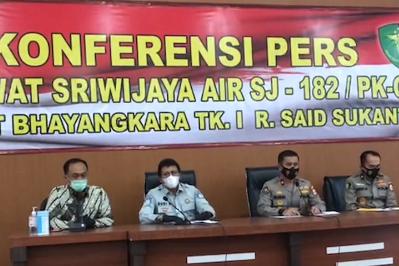 Karopenmas Divisi Humas Polri Brigjen Pol Rusdi Hartono menyampaikan perkembangan proses identifikasi korban jatuhnya pesawat Sriwijaya Air SJ 182 pada konferensi pers di RS Polri Pusat Raden Said Sukanto, Kramat Jati, Jakarta Timur, Rabu (13/1/2021). (fornews.co/ist)