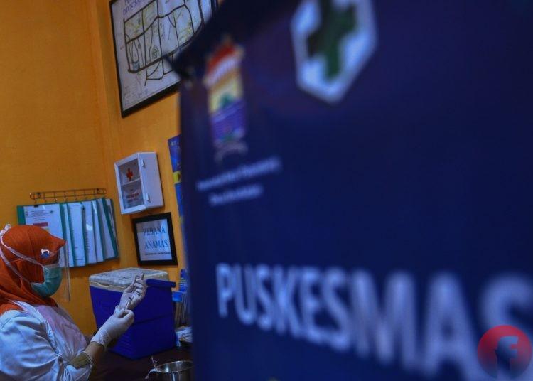 Petugas Puskesmas Merdeka Palembang sedang menyiapkan suntikan vaksin Covid-19. (matakamera/fornews.co/mushaful imam)
