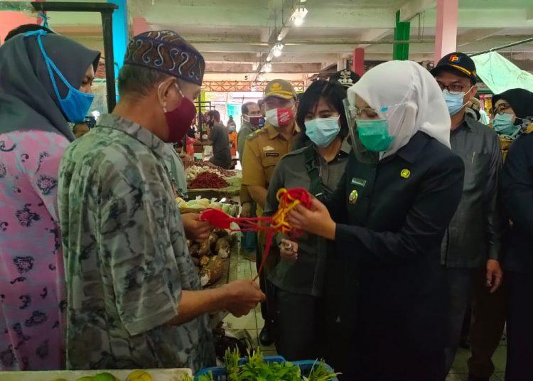 Wawako Palembang, Fitrianti Agustinda, bersama BPOM Palembang saat inspeksi di Pasar Tradisional Plaju, Senin (18/1) pagi. (fornews.co/ist)