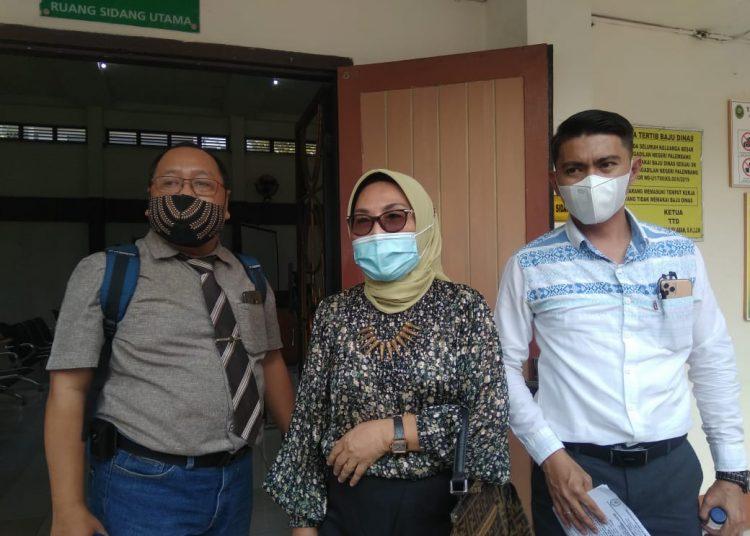 Penasehat Hukum Johan Anuar, Titis Rachmawati (tengah) saat menghadiri persidangan terdakwa Johan Anuar. Foto: Fornews.co/Alwi Alim