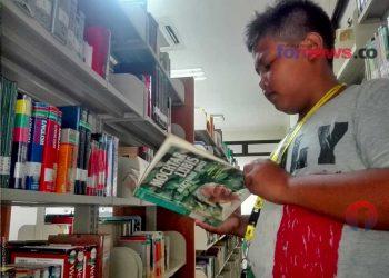 SEORANG anak membaca buku di salah satu perpustakaan dan arsip milik pemerintah Provinsi Daerah Istimewa Yogyakarta di Jalan Janti, Banguntapan, beberapa hari sebelum Yogyakarta dinyatakan pandemi. (foto fornews.co/adam)