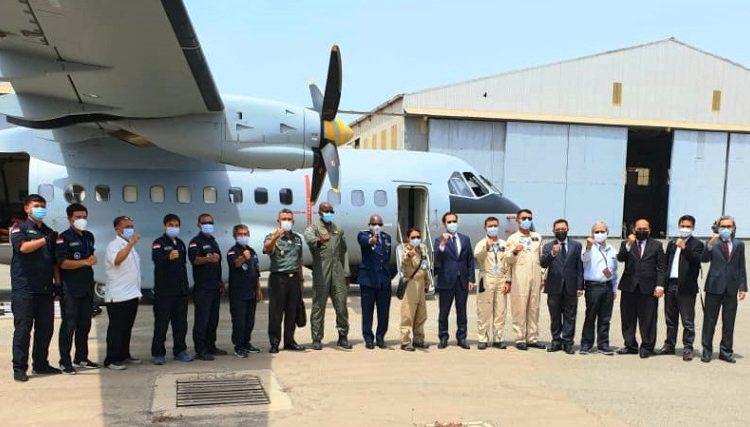 Duta Besar Indonesia untuk Senegal Dindin Wahyudin dan Kepala Staf Angkatan Udara Senegal BG Papa Souleymane SARR saat menyambut kedatangan pesawat CN235-220 MPA di Dakar, Senegal, Selasa (30/3/2021) waktu setempat. (fornews.co/kbri dakar)