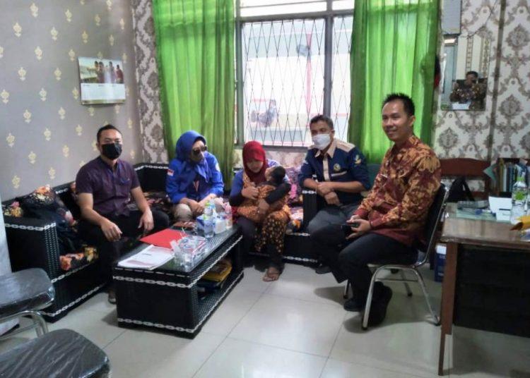 Petugas TRC Kemensos RI di Palembang menjemput seorang Balita di Sekayu yang ibunya ditahan di Lapas Kelas IIB Sekayu, Jumat (5/3/2021). (fornews.co/humas pemkab muba)