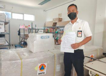Seorang petugas menunjukkan bukti terima pengiriman alat kesehatan EMCO dari BNPB kepada RSUD Sekayu, Senin (29/3/2021). (fornews.co/humas pemkab muba)