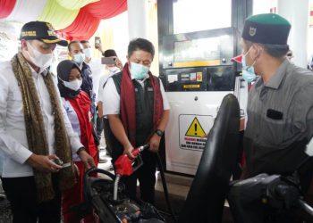 Gubernur Sumsel Herman Deru mengisi BBM ke sepeda motor warga saat peresmian SPBBM Tahap Pertama atau Pertashop Pertamina di Ponpes Al-Ittifaqiah Indralaya, Kabupaten Ogan Ilir, Rabu (17/3/2021). (fornews.co/humas provinsi sumsel)