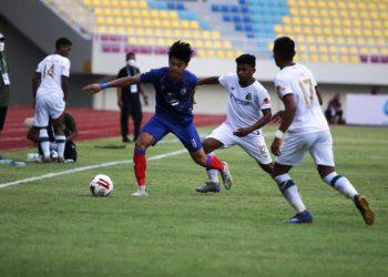 Pemain Arema FC dijaga pemain Persikabo 1973 pada pertandingan grup A Piala Menpora 2021 di Stadion Manahan Solo, Minggu (21/3/2021). (fornews.co/pssi)