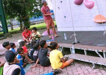 Karsono Prasetya tengah melatih anak-anak yang tergabung di Spiderwall Climbing Club. (fornews.co/ist)