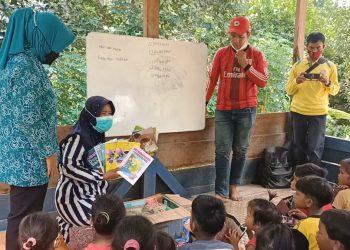 Anak-anak Suku Anak Dalam (SAD) di Kecamatan Bayung Lencir diberi materi pembelajaran yang diinisiasi TP PKK Kecamatan Bayung Lencir. (fornews.co/humas pemkab muba)