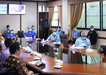Direktur RSUD Sekayu dr Makson Parulian Purba menyimak penjelasan Direktur Utama RS Pusat Jantung Nasional Harapan Kita dr Iwan Dakota, Selasa (16/3/2021). (fornews.co/humas pemkab muba)