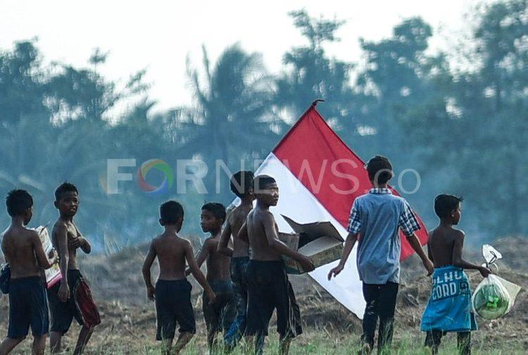 ANAK-ANAK di Palembang memenangkan hadiah panjat pinang di Hari Kemerdekaan Ke-74 Republik Indonesia pada Sabtu, 17 Agustus 2019. (foto fornews.co/mushaful imam)