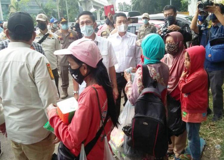 Sekda Palembang Ratu Dewa turun tangan dalam razia Pol PP mengamankan Anjal dan Gepeng di Simpang 5 DPRD Sumsel, Kamis (29/4/2021). (fornews.co/bakohumas palembang)