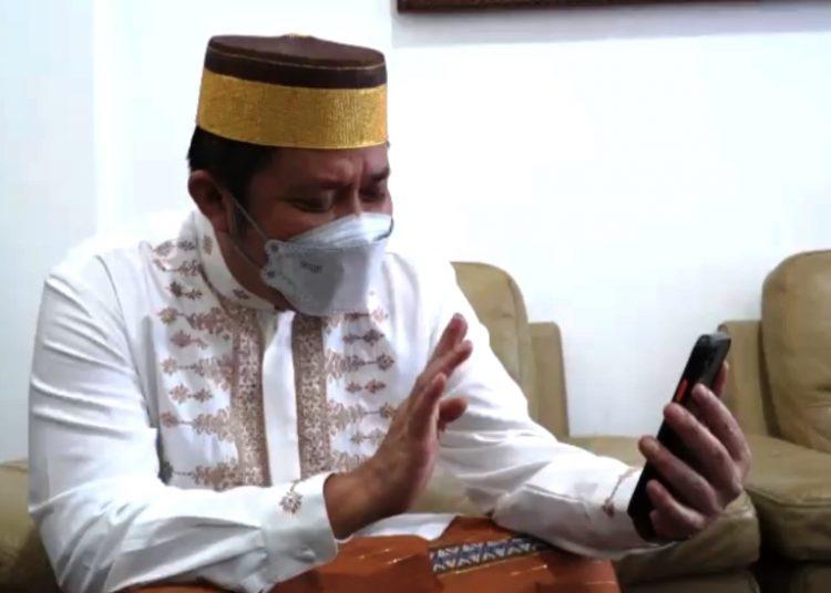 Gubernur Sumsel Herman Deru saat melakukan video call dengan Christina Ramauli Simatupang, perawat RS Siloam Sriwijaya yang menjadi korban penganiayaan keluarga pasien. (fornews.co/humas provinsi sumsel)