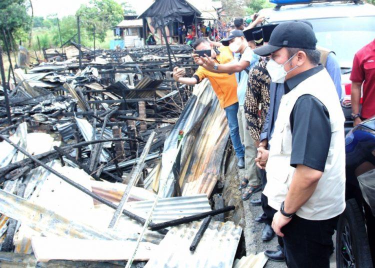 Gubernur Sumsel Herman Deru melihat puing-puing rumah yang dilanda kebakaran di Desa Terusan Laut, Kecamatan Sirah Pulau Padang, Kabupaten OKI, Minggu (18/4/2021). (fornews.co/humas provinsi sumsel)