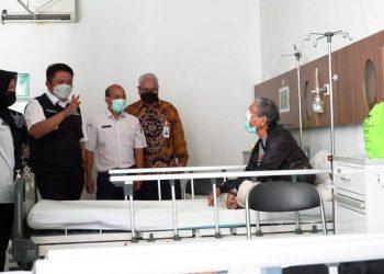 Gubernur Sumsel Herman Deru bersama Dirut BSB Achmad Syamsuddin berbincang santai dengan warga yang mendapat layanan operasi katarak gratis di RS Khusus Mata Binar, Rabu (7/4/2021). (fornews.co/humas provinsi sumsel)