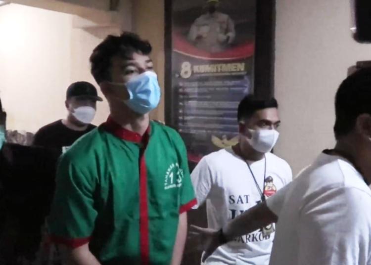 Artis sinetron Jeff Smith saat ditangkap polisi dari Unit 1 Satuan Reserse Narkoba Polres Metro Jakarta Barat, Kamis dini hari (15/4/2021). (fornews.co/humas polres metro jakarta barat)