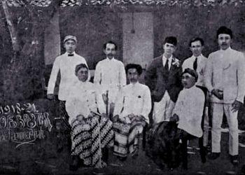 KIAI Haji Achmad Dahlan duduk di tengah anggota dan pengurus perkumpulan Muhammadiyah periode 1918-1921. (repro fornews.co/adam)