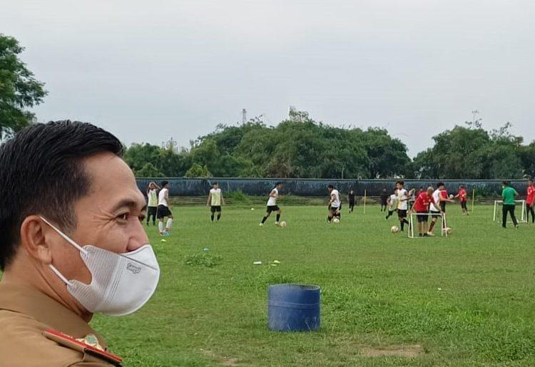 Presiden Klub PS Palembang, Ratu Dewa, saat memantau langsung tim Liga 3 dan Soeratin U-15 PS Palembang, di Stadion Patra Jaya, Plaju, Senin (19/4/2021) sore. (fornews.co/foto: sidratul muntaha)
