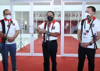Menpora RI Zainudin Amali didampingi Ketua Umum PSSI Mochamad Iriawan dan Direktur Utama LIB Akhmad Hadian Lukita memberikan keterangan pers di Stadion Manahan Solo, Minggu (18/4/2021). (fornews.co/pssi)