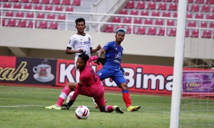 Pemain Arema FC Kushedya Hari Yudo dikawal pemain PS TIRA Persikabo pada laga Piala Menpora 2021, Minggu (21/3/2021). (fornews.co/pssi)