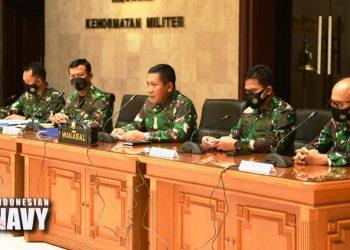 Wakasal Laksamana Madya Ahmadi Heri Purwono memimpin konferensi pers seputar tenggelamnya KRI Nanggala 402 di Mabesal Cilangkap, Jakarta Timur, Selasa (27/4/2021). (fornews.co/dispen tni al)