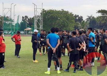 Pelatih Kepala Sriwijaya FC Nil Maizar memberikan arahan kepada pemain usai latihan, Senin sore (5/4/2021). (fornews.co/iwan setiawan)