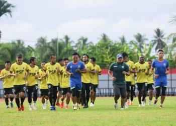 Bobby Satria dkk mengikuti latihan perdana Babel Muba United di Stadion Serasan Sekate Sekayu, Kamis (15/4/2021). (fornews.co/media officer bmu)