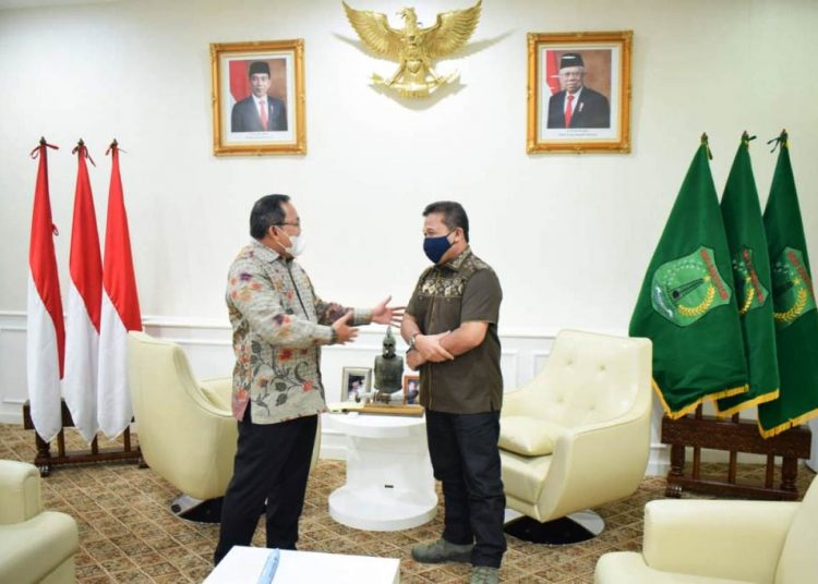 Bupati Muba Dodi Reza Alex berbincang dengan Kabinda Sumsel Brigjen TNI Armansyah di ruang audiensi Bupati Muba, Senin (19/4/2021). (fornews.co/humas pemkab muba)