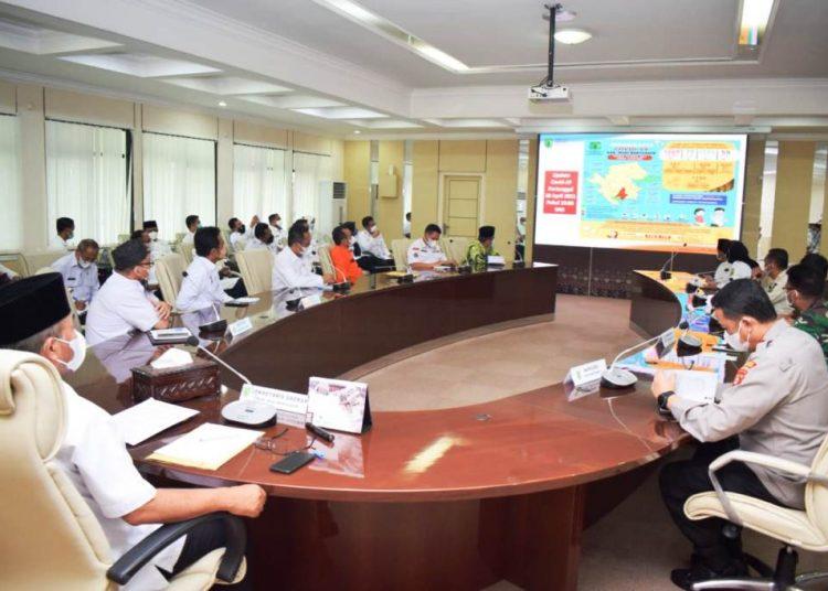 Sekda Muba Apriyadi saat memimpin rapat koordinasi penegakan protokol kesehatan dan kewaspadaan peningkatan kasus Covid-19 di Kabupaten Muba, Kamis (29/4/2021). (fornews.co/humas pemkab muba)