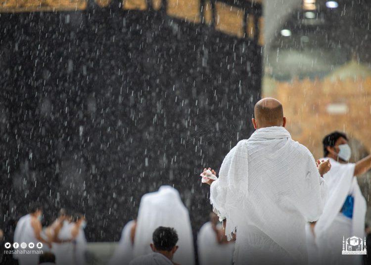 Jamaah umrah tetap mengikuti salat dan berdoa di bawah guyuran hujan di mataf di depan Ka'bah, (istimewa/twitter Haramain Sharifain)