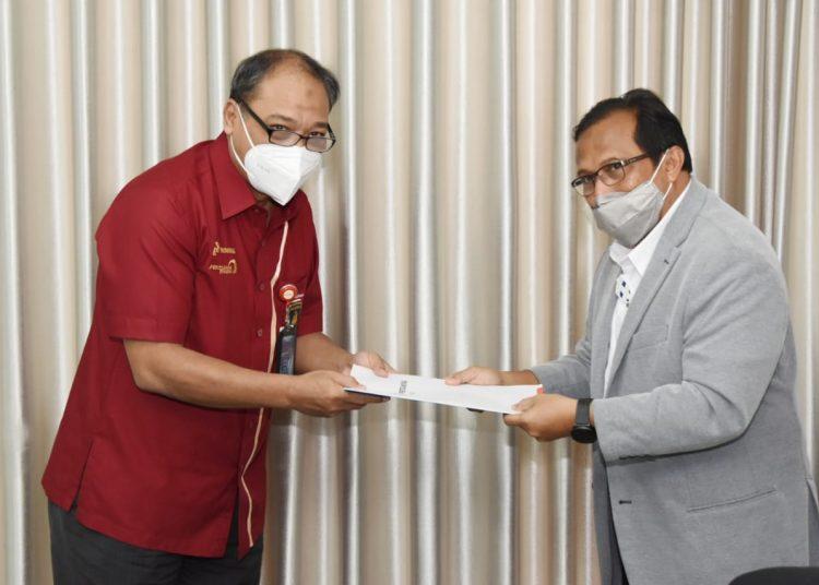Direktur Utama PDC, Teddyanus Rozarius (kanan) menyerahkan Laporan Kinerja 2020 kepada Direktur Operasi PT PDSI, Judha Sumarianto selaku pemegang saham, dalam RUPS Tahunan PT PDC Tahun Buku 2020 di Jakarta, Kamis, 22 April 2021. (istimewa/pertamina)