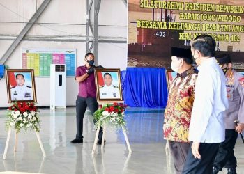 Presiden Joko Widodo dalam acara silaturahmi dengan perwakilan keluarga awak KRI Nanggala-402, Kamis (29/04/2021) di Hanggar Lanudal Juanda, Kabupaten Sidoarjo, Provinsi Jawa Timur. (istimewa/Setkab)
