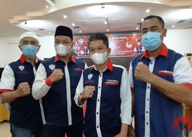 Pembina DPD Asosiasi Driver Online (ADO) Sumsel M Asrul Indrawan (dua dari kanan) bersama pengurus ADO Sumsel pada kegiatan buka puasa bersama di Hotel Swarna Dwipa Palembang, Minggu (2/5/2021). (fornews.co/iwan setiawan)