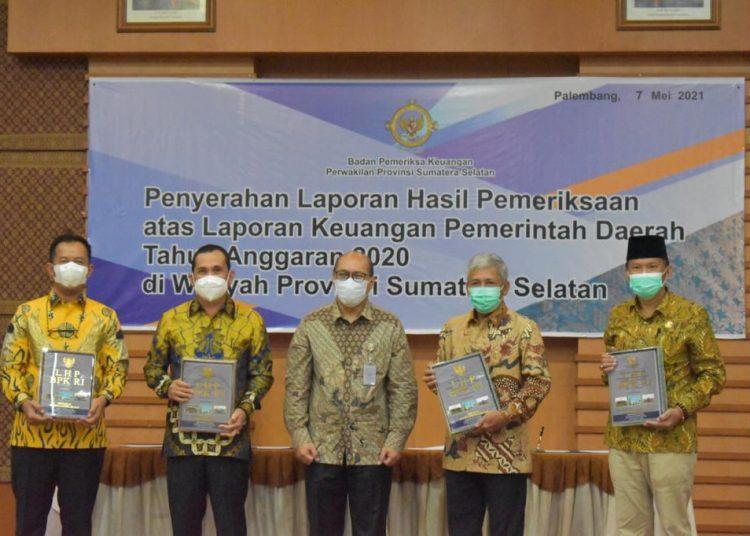 Penyerahan Laporan Hasil Pemeriksaan LKPD Tahun Anggaran 2020 di kantor BPK Perwakilan Sumsel di Palembang, Jumat (7/5). (istimewa)