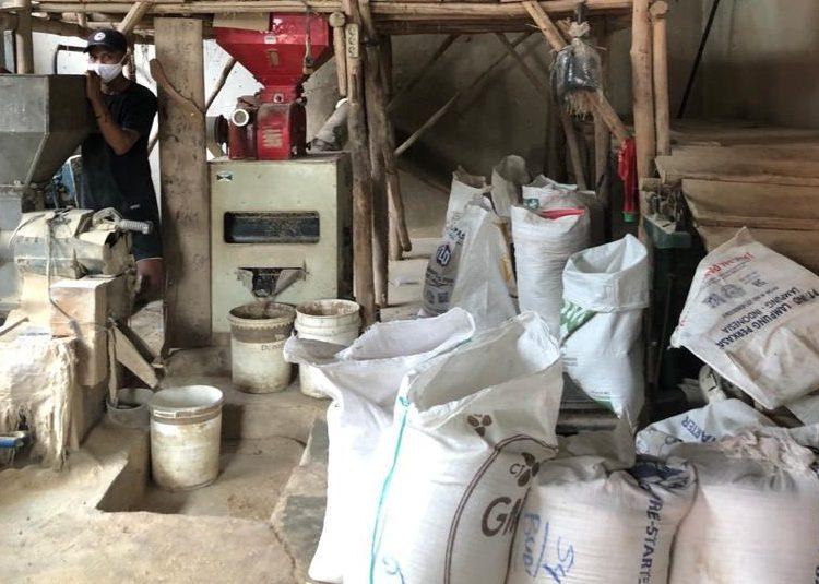 Petani DesaPinang Banjar,Kecamatan Sungai Lilinsaat melakukan proses penggilingan beras untuk kebutuhan seluruh pengurus dan kader, serta masyarakat.(fornews.co/ist)