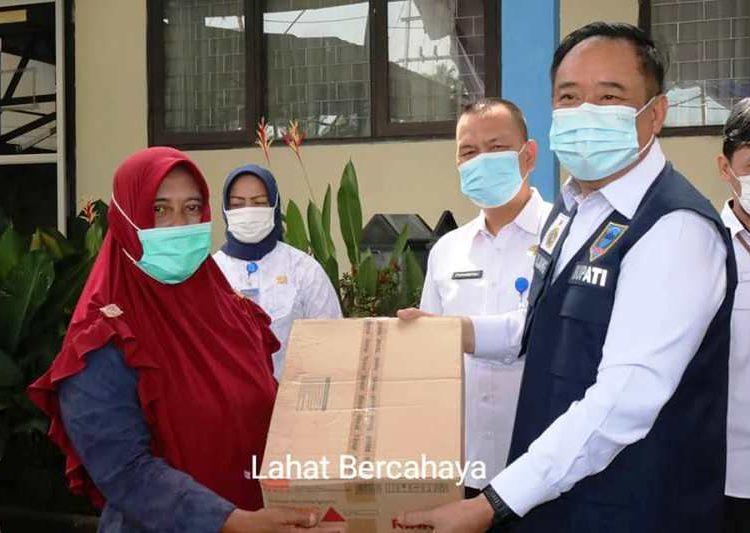 Bupati Lahat Cik Ujang menyerahkan bantuan peralatan produksi kepada pelaku IKM, Rabu (5/5/2021). (fornews.co/kominfo lahat)