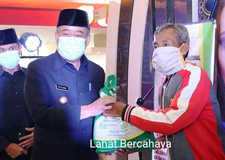 Bupati Lahat Cik Ujang menyerahkan bantuan paket Sembako kepada fakir miskin pada launching Gerakan Cinta Zakat di atrium Citi Mall Lahat, Jumat (30/4/2021). (fornews.co/kominfo lahat)