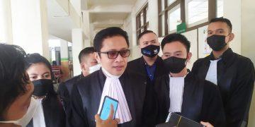 Darmadi Djufri bersama tim saat menanggapi pertanyaan media, usai mengajukan permohonan Praperadilan di Pengadilan Negeri Kelas 1A Palembang, Rabu (5/5/2021). (fornews.co/ist)