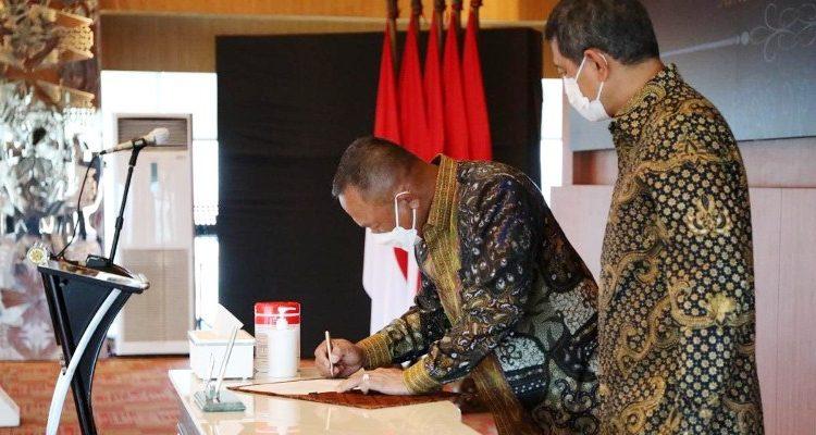 Ganip Warsito menandatangani berkas Sertijab Kepala BNPB disaksikan Doni Monardo di aula Sutopo Purwo Nugroho, Graha BNPB, Selasa (25/5/2021). (fornews.co/bnpb/alya faradilla)