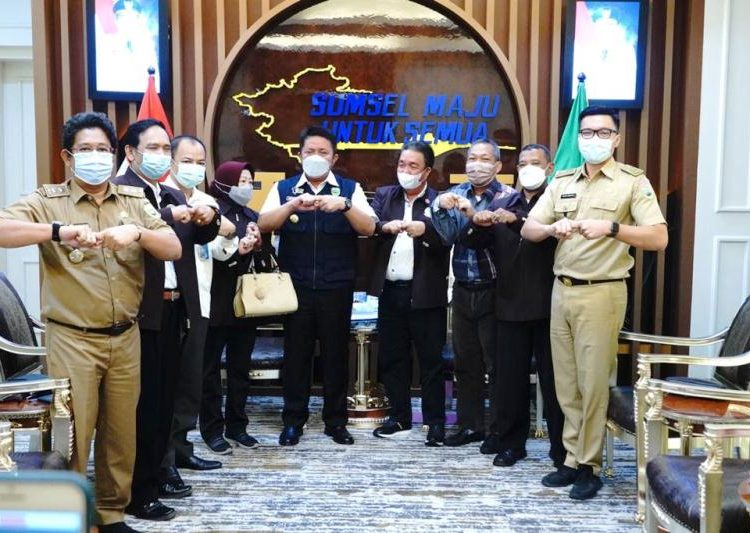 Gubernur Sumsel Herman Deru saat menerima Ketua Pengprov PTMSI Sumsel MA Gantada yang melaporkan rencana pelaksanaan Kejurda Gubernur Cup 2021, Senin (31/5/2021). (fornews.co/humas provinsi sumsel)