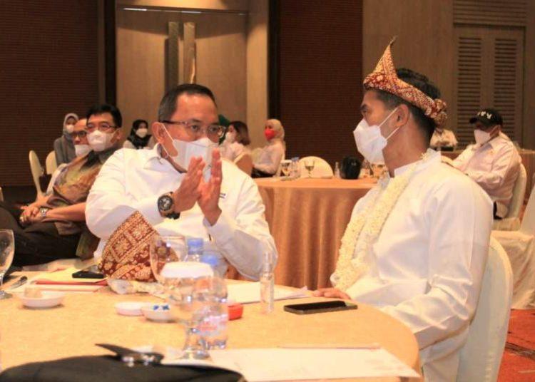 Bupati Muba Dodi Reza Alex yang juga Ketum KADIN Sumsel berbincang dengan Wakil Ketua Umum KADIN Indonesia Anindya Novian Bakrie di Hotel Novotel Palembang, Jumat (21/5/2021). (fornews.co/humas pemkab muba)