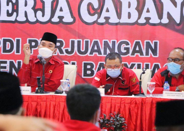 Ketua DPC PDI Perjuangan Muba, Beni Hernedi saat berbicara pada Rakercab II di gelar di Hotel Ranggonang, Sekayu, Sabtu (22/5/2021). (fornews.co/ist)