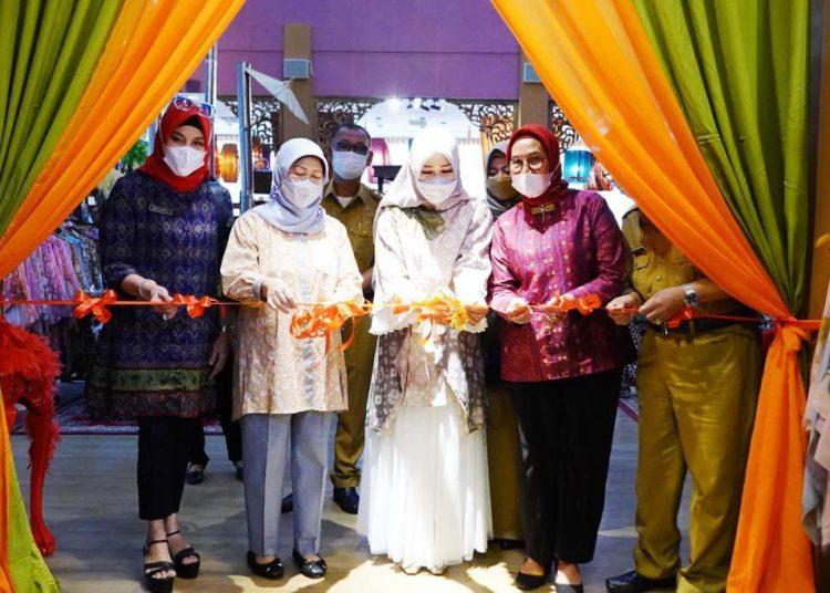 Ketua Dekranasda Sumsel Febrita Lustia memotong pita menandai pembukaan Kriya Sriwijaya Ramadan Sale di gedung Kriya Sriwijaya Palembang, Senin (26/4/2021). (fornews.co/humas provinsi sumsel)